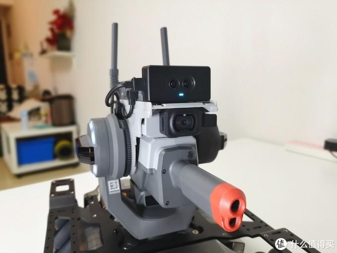 EP机器人的步兵形态和S1完全一样,如果要说有什么不同,那就是头顶上这颗红外深度传感器了,可探测0.1米 至 10.0米范围内的物体,有了这颗传感器,在战场上,步兵机器人可谓如虎添翼!