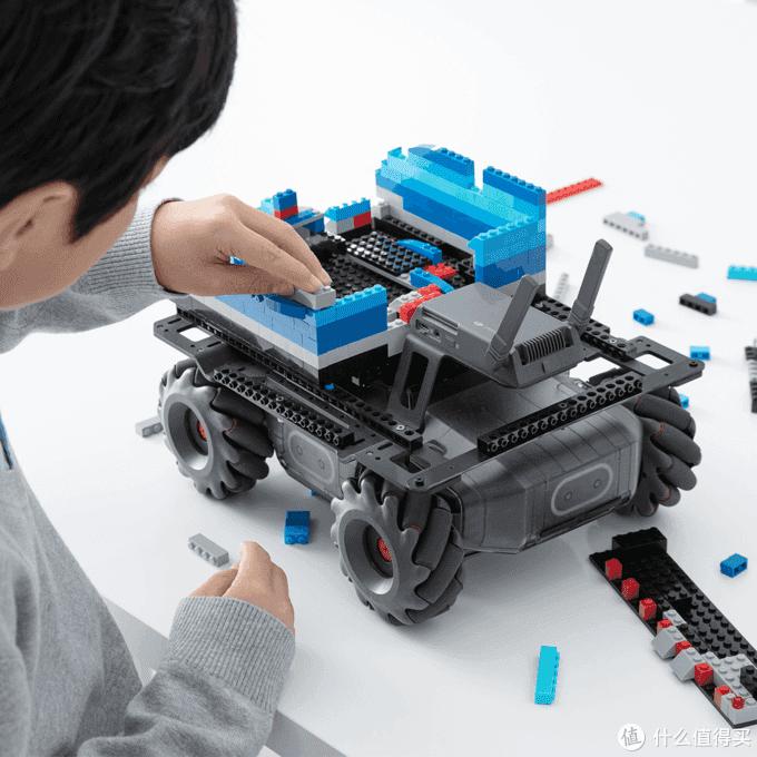除了步兵机器人之外,EP还可以扩展乐高积木,拼装成AGV物流机器人形态(图片来自于大疆官网)。