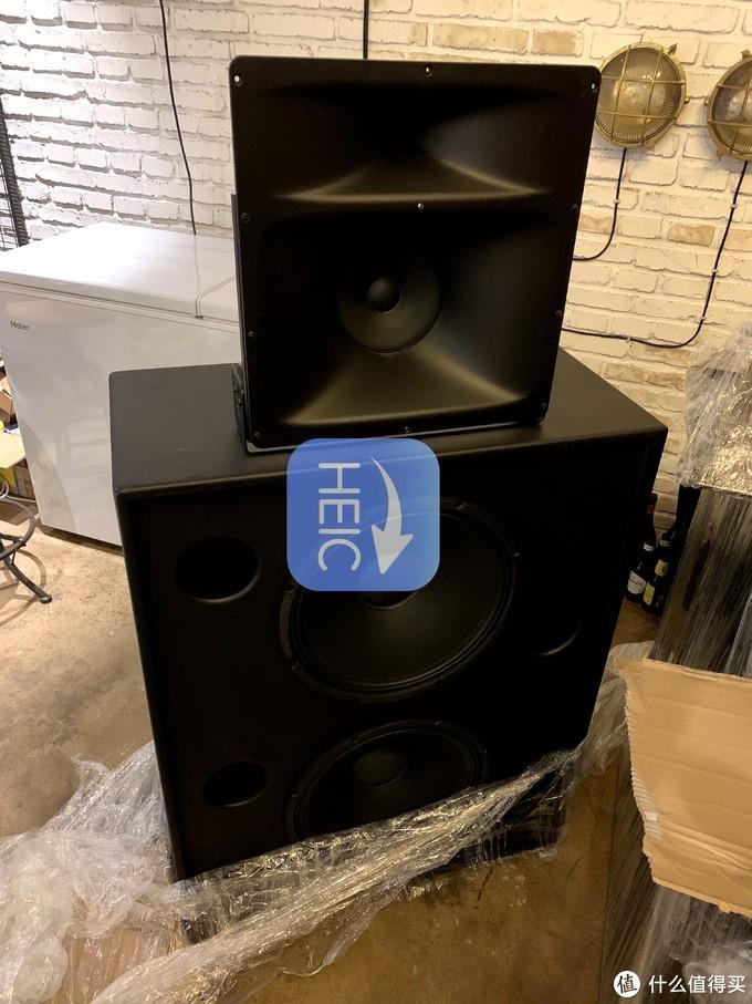 双15寸QSC PRO 宽阔的喉口,速度弹性饱满的中音单元,超强低音,让你可以设箱子为大