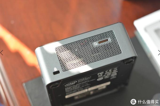 另外一侧是电脑锁,还有一个SD卡读卡插口,还是有点作用的。