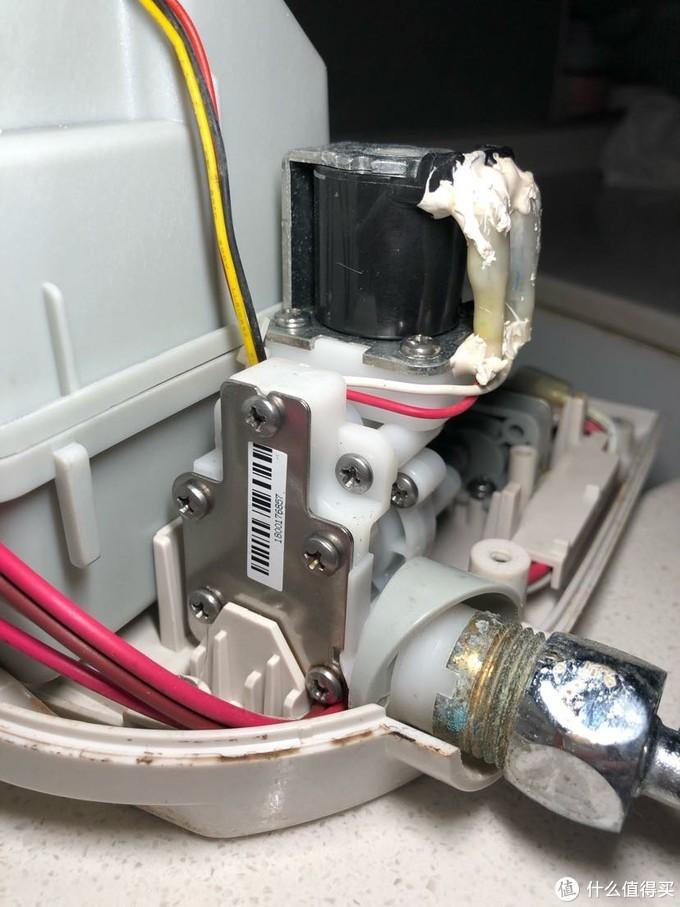 ↑ 上水电磁阀总成,右侧上水,白色部分阀体,黑色电磁圈,通电动作正常,电磁圈部分应该没有问题。