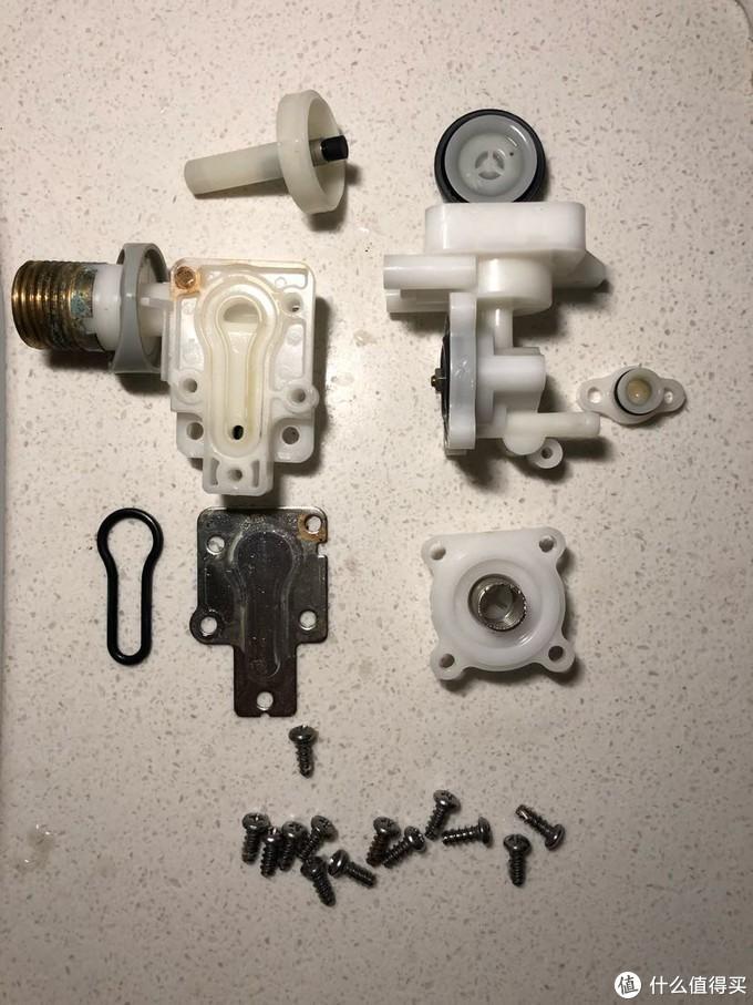 ↑ 小小的阀体有多达13个螺丝,彻底拆散,除阀体内有少量沙粒以外未见明显异常,先彻底清洗一番装回碰碰运气。