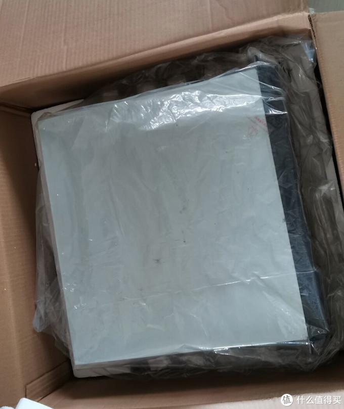 机箱套有塑料袋,与纸箱外的塑料袋双重防水保护。