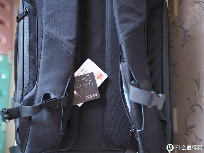 背带中部各有一个小暗格,放点零钱和身份找