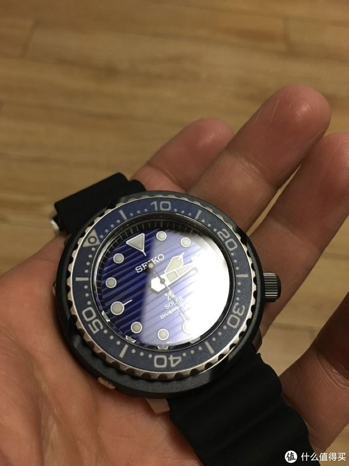 蓝色表盘和计时圈,200M防水,大指针大时标给潜水玩家清晰的读数视觉,计时圈只能单向旋转,阻尼合适,不会容易误碰,潜水安全。