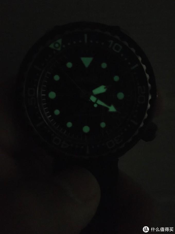 开箱不久的夜光照,后面多晒晒肯定会更亮的,外圈只有15分钟有夜光效果,正好一罐气嘛
