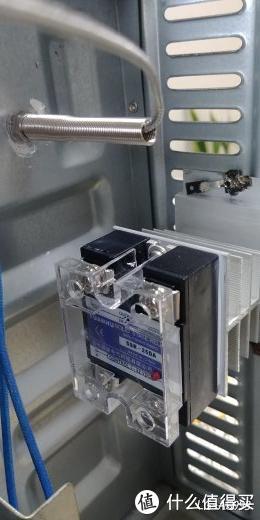 固态继电器和散热片涂抹导热膏给固定到后面