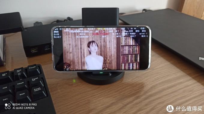 横放,看视频不耽误充电,也不会有一根看着很奇怪的线插在手机上