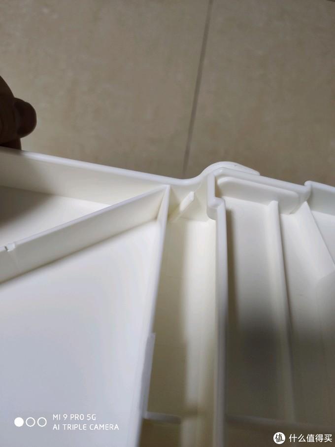 这块倾斜的塑料就是作为固定使用的,对准位置贴着这块塑料就滑进去了,到位会听到咯噔一声。