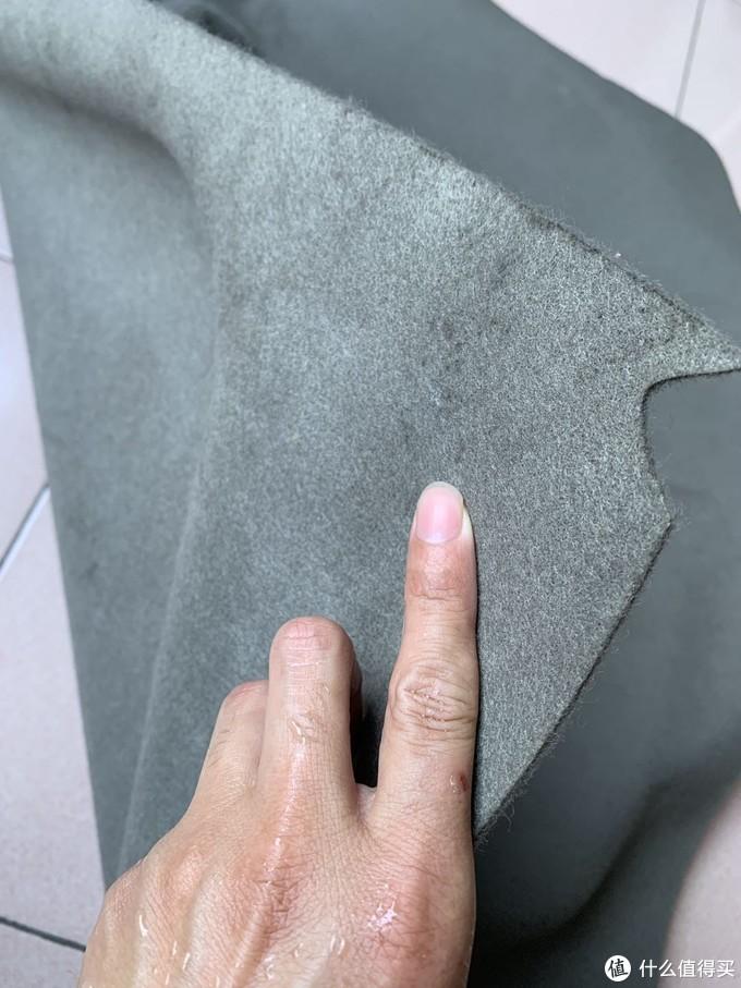 到汽车报废场找了块不知从什么车子上拆下的毛毡衬垫,感觉是驾驶室坐垫下或者就是引擎盖隔热垫,反正材质差不多。