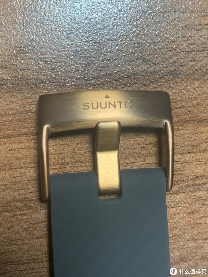 表扣与表盖一致,为黄铜色的不锈钢材质