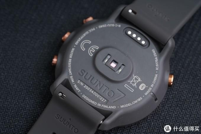 以SUUNTO7表盘背后的光电心率感应部件为中心,磁吸充电接口、LOGO、编号等信息层层围绕也能看出品牌对于它的精雕细琢。