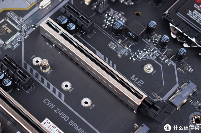 PCIE插槽金属盔甲加固