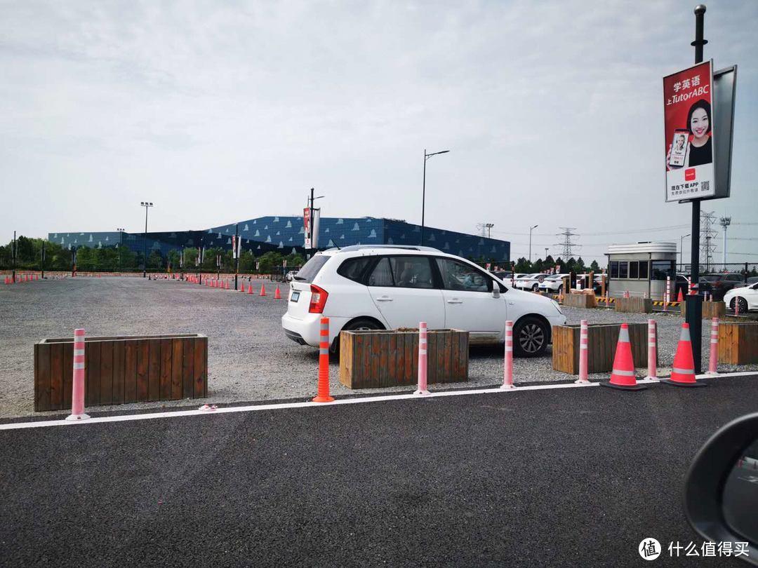 就是白色车子停的地方,沥青路是员工停车区的路。游客区的那个是碎石路。