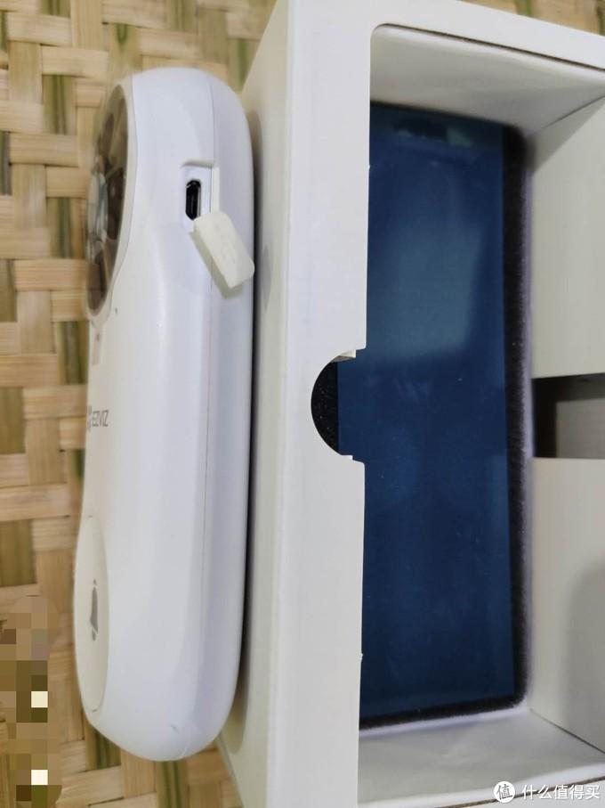 ▲门铃侧面有带胶盖的充电口