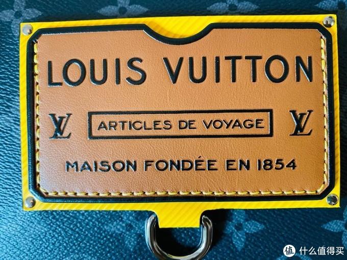 底色是LV标志性黄色epi水波纹,像不像行李箱的铭牌