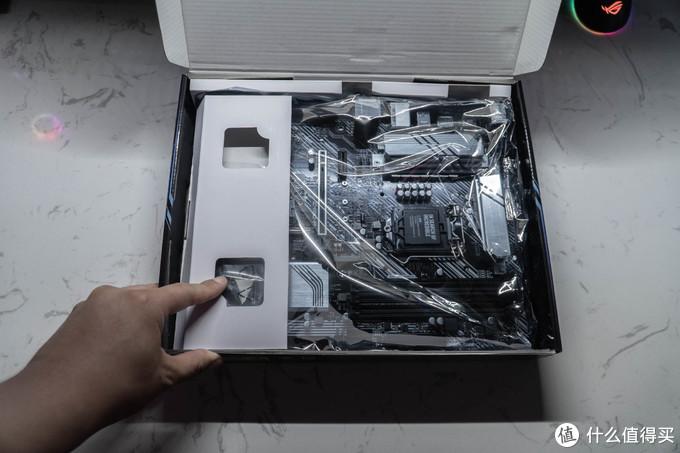 虽然PRIME Z490-P 的包装比较简单但对主板的保护还是比较到位的。