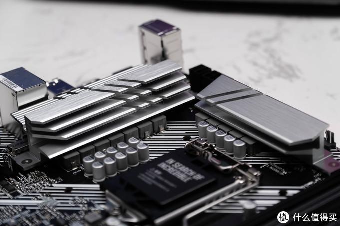 PRIME Z490-P采用10+1 DrMOS供电模组,是一种整合型解决方案,体积小、效率高、搭配散热片散热好,至于能不能满足新一代英特尔处理器的供电需求,一会我们通过测试就能看到。