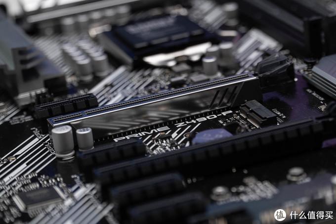 其中主要的PCIE插槽是有金属加固稳定的,并且金属能有效屏蔽电磁干扰。