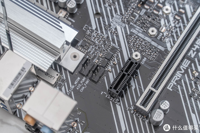 PRIME Z490 提供3个机箱风扇接针,1个CPU风扇接针,以及1个水泵专用接针,并且可通过FAN Xpert 4智能风扇控制或UEFI BIOS进行设置。