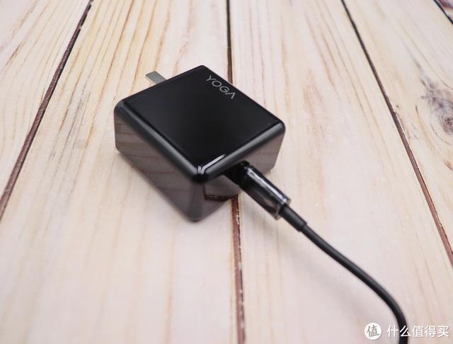 出行便利,联想YOGA 65W电源适配器贴身随行,随时带来满满正能量