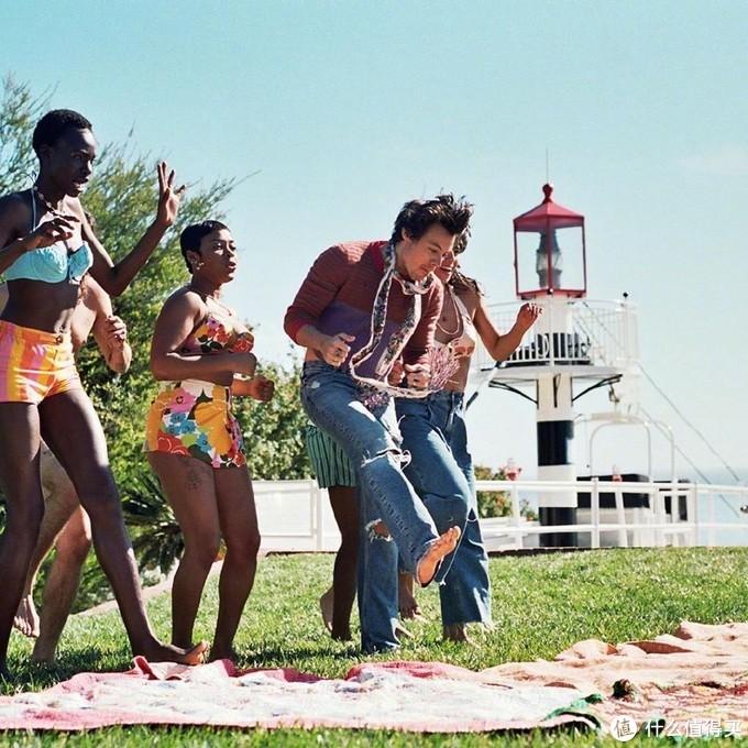 一男多女多人运动吃瓜视频释出!哈卷全新《watermelon sugar》MV带你体验夏日气息