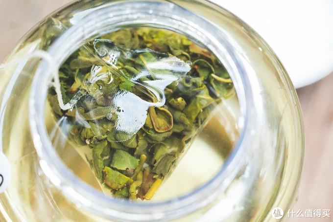 夏天的冷泡茶,开在杯中的花