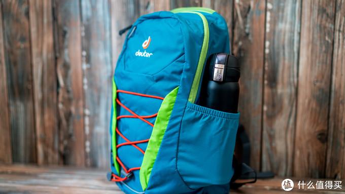 背包侧面的弹力拓展袋可以轻松放下500ml的保温杯(我的杯子毕竟年龄大了)