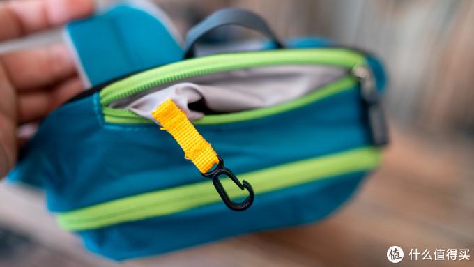 顶部有一个贵重物品袋,可以钥匙或者其他小物品