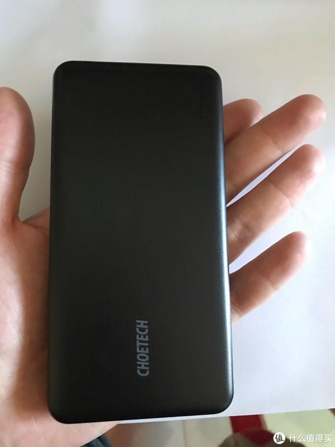 具体的大小和本人手掌对比。实际大小和苹果7手机壳一样大。手感无敌。