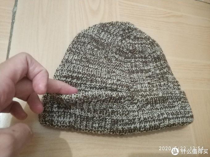 棕白混纺的毛线帽,有点厚