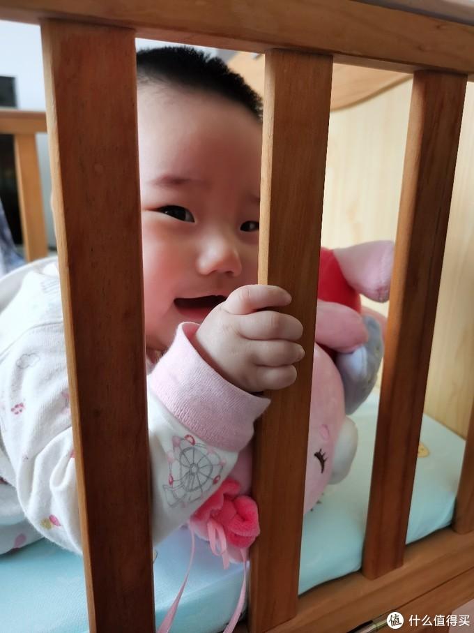 自从上回从大人床上掉下来后就经常被关在婴儿床里