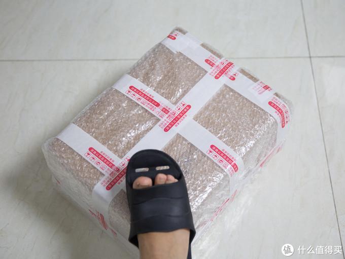 跟我的脚对比下包装多小