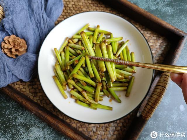 腌蒜苔不放盐,掌握好这个配方比例,口感脆爽、咸鲜回甜