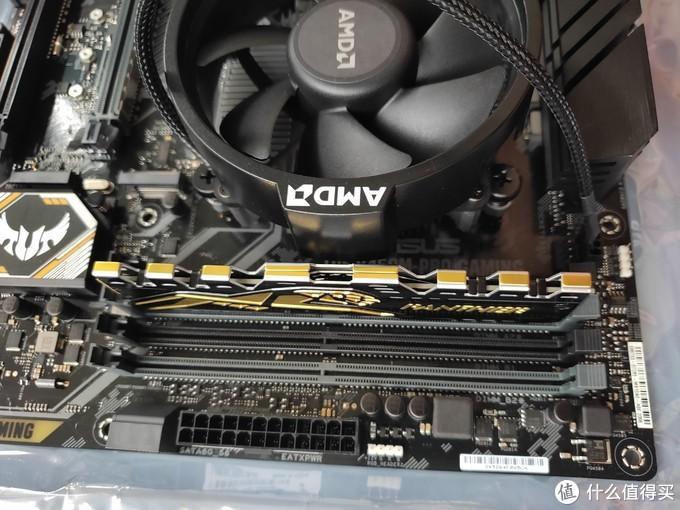注意看风扇狂上的AMD标志