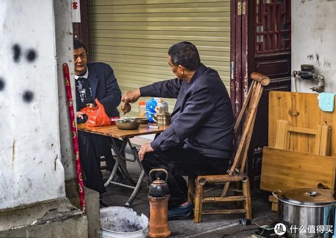 路边喝茶老人