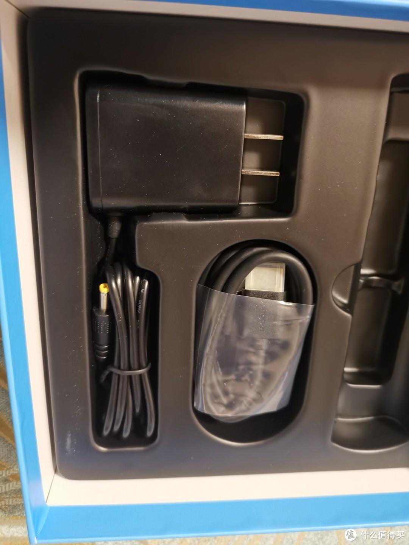 白色的机顶盒要是配上白色的电源插头,我觉得会比较和谐一点,可惜都是黑色的。