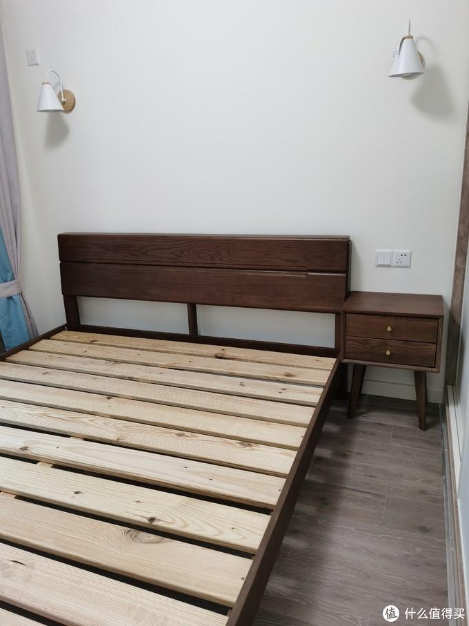 次卧一米八大床