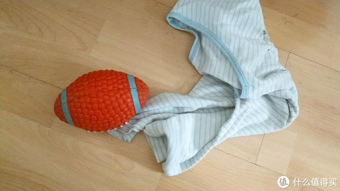 会叽叽叽叫的球球和拿来玩的旧衣服