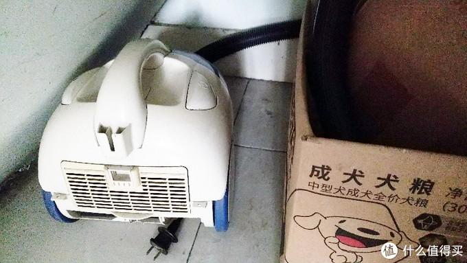 老吸尘器,偶尔也还会用用,   排气出来全是狗毛味道