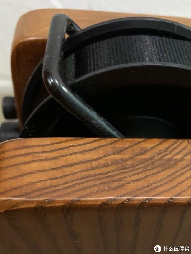 所有部位均是通体实木,并非贴皮。这里告诉大家一个小技巧,判断木制品是否贴皮就看正面和侧面的木纹能不能衔接上,贴皮木纹不是连续的。
