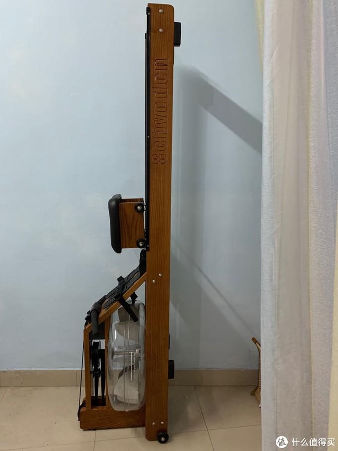 LOGO是雕刻在主梁上的,档次要比贴纸高级一些,透明水箱就是漂亮,不玩的时候竖起来占地很小。