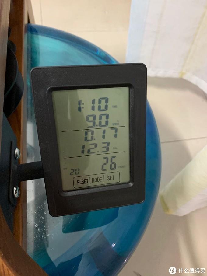 触控仪表,可以精确记录桨频和划船次数,至于消耗的热量和划行距离只能作为参考。