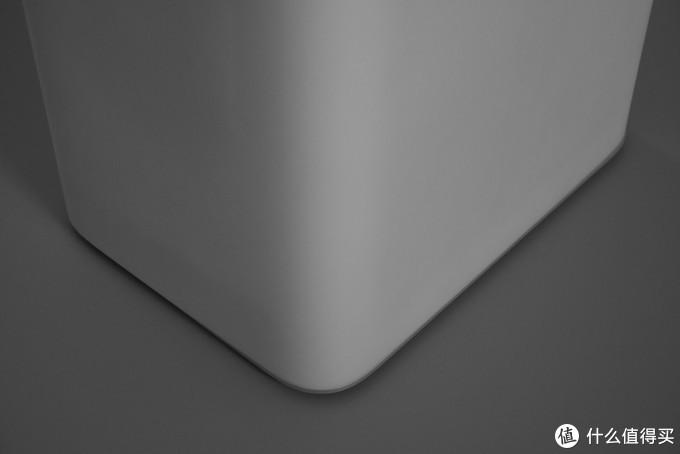 ↑外壳下边缘是原始的,与铝底板的接触的比较好,但是铝板在后面方案调整过圆角的曲率,所以稍稍有些不匹配。
