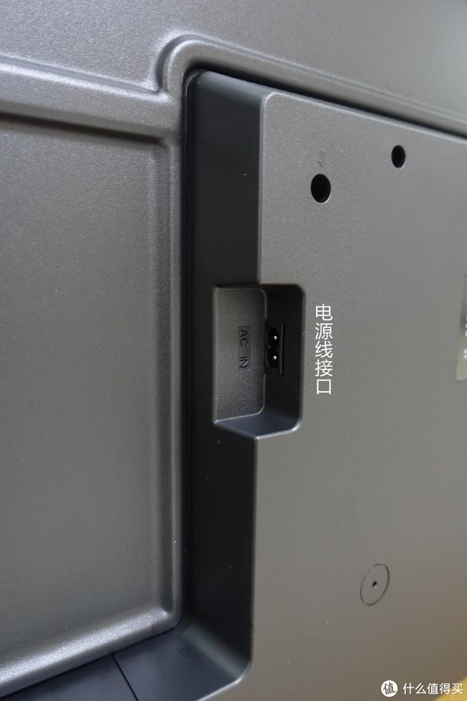 后背的集成模块区域左侧是一个8字形的电源接口,任意面插入都可以,要求是220V~50Hz。
