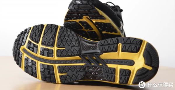鞋底的碳板代表身份,主要提供稳定和支撑性,和如今全掌碳板的助推特性不同