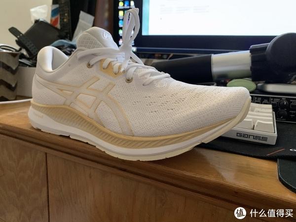 新鞋开箱,白金配色是真的清爽,想马上就跑的感觉