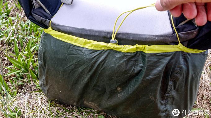 底部有收紧绳可以最后再次收紧,防雨罩正下方有小孔可以排水