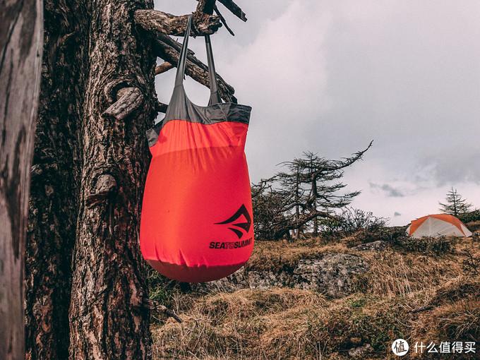 挂在树上的超轻水桶