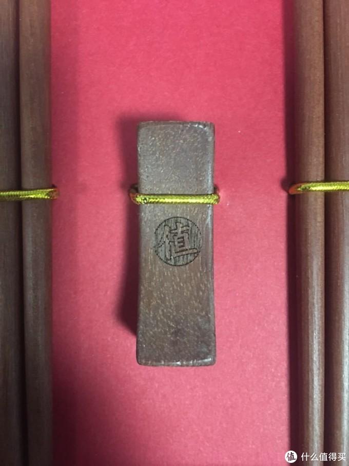 筷枕上激光雕刻的logo细节处理的很好